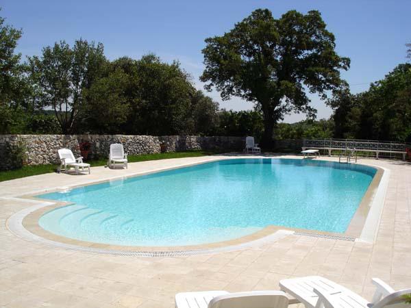 Agriturismo puglia con piscina della masseria selvaggi piscina a sfioro con acqua salata - Piscina con acqua salata ...